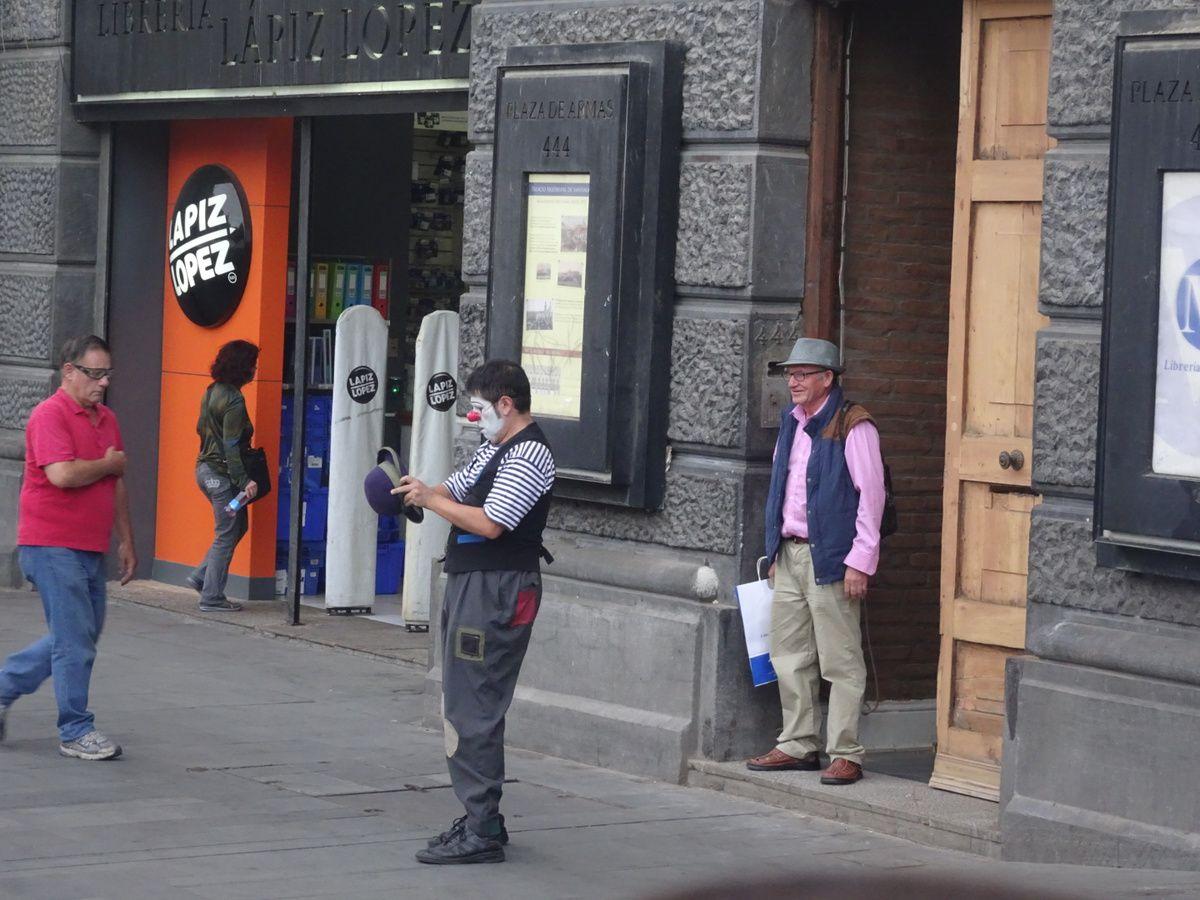 Spectacle de rue d'un clown qui improvise selon les passants qui passent...