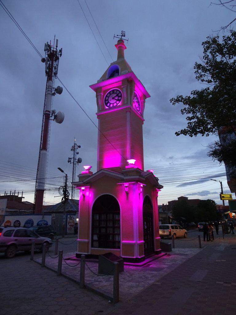 Le clocher de la ville change de couleur à la nuit tombée