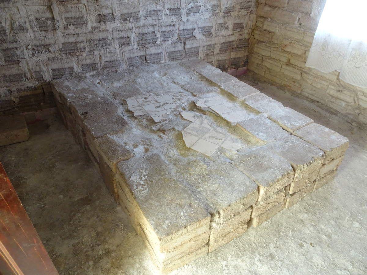 L'hôtel de sel, avec lit, table, chaises et statues en sel !