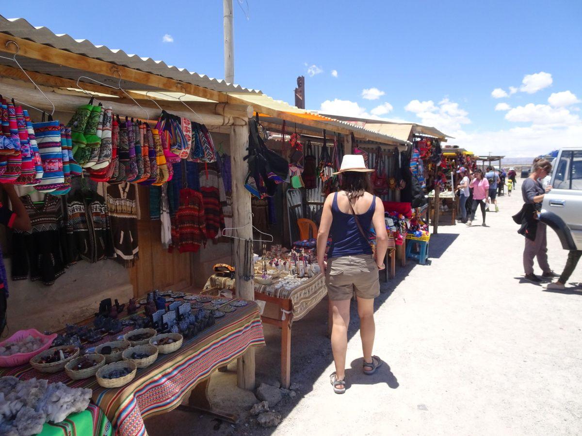 Au village de Colchani, souvenirs et chapeaux à gogo !