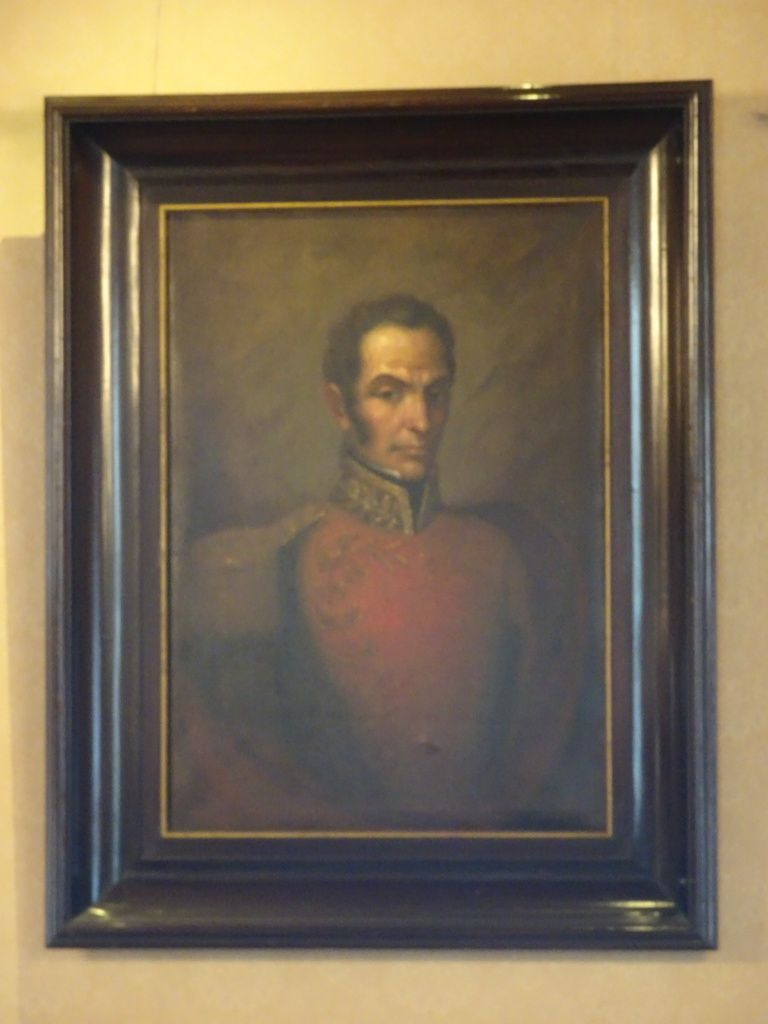 La salle de banquet avec des lustres français, un portrait de Bolivar et une chapelle dédiée à la Vierge Marie