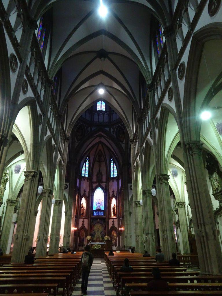 Tout de même une église dans le Quito moderne : Santa Teresita