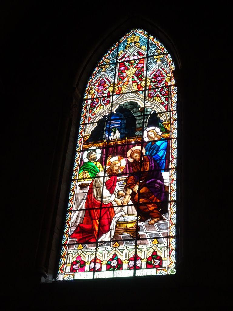 Vitraux. On peut voir la scène de la femme adultère et du lavement des pieds. Dans la chapelle, un vitrail sur le mariage de Marie et Joseph.