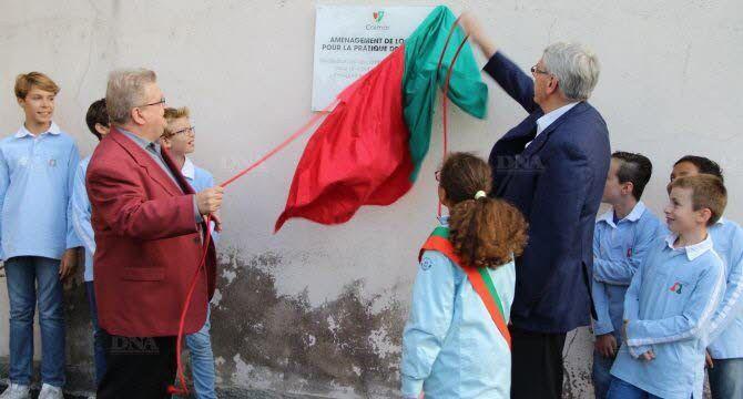 Dévoilement de la plaque inaugurale par le maire et le président de l'association - Photo DNA