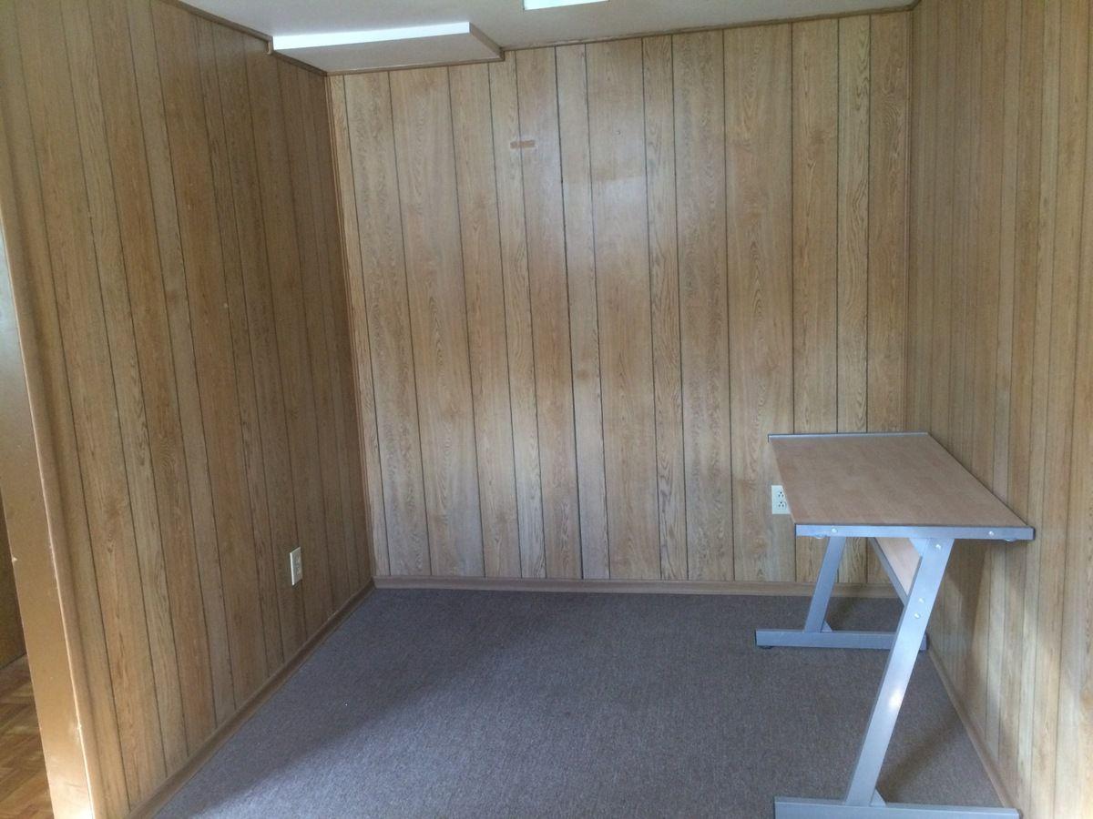 bureau à côté de la chambre d'amis