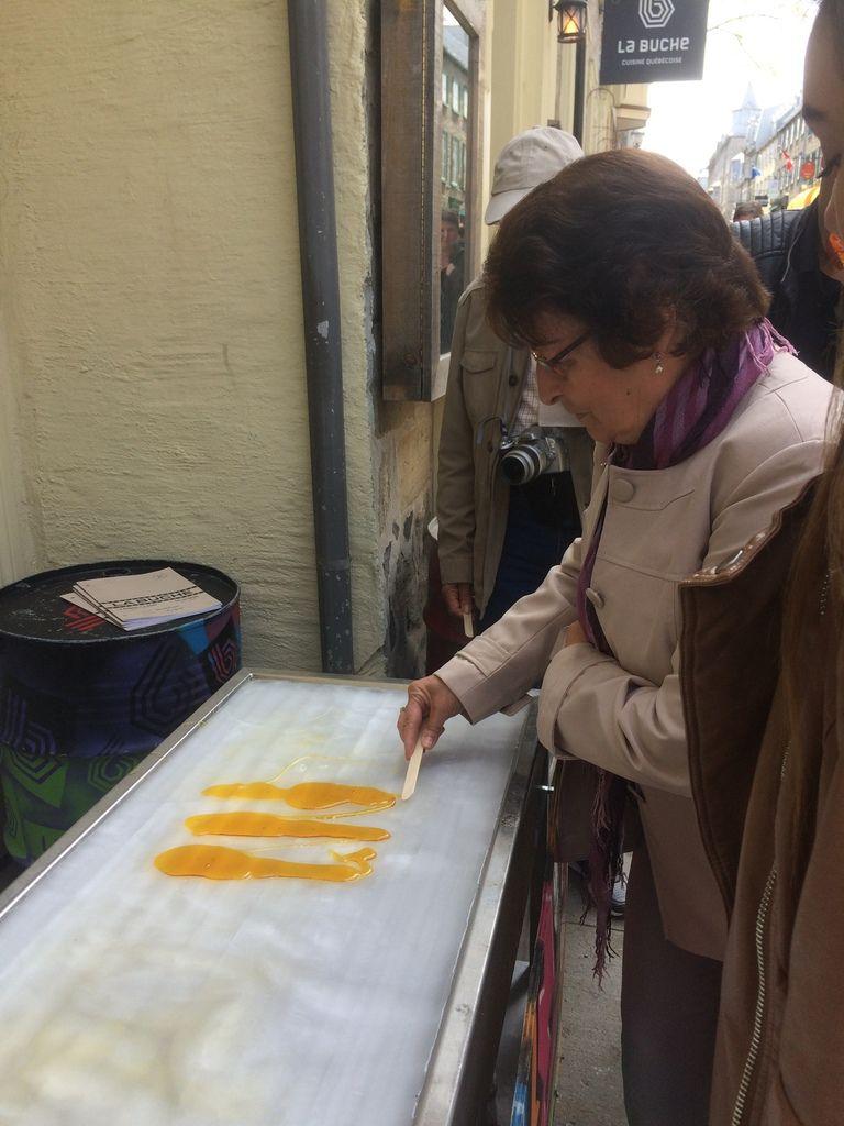 Dessert en cadeau : la tire d'érable refroidie sur glace et à rouler sur le bâton. C'est tout un art mais il s'en sont bien sortis.