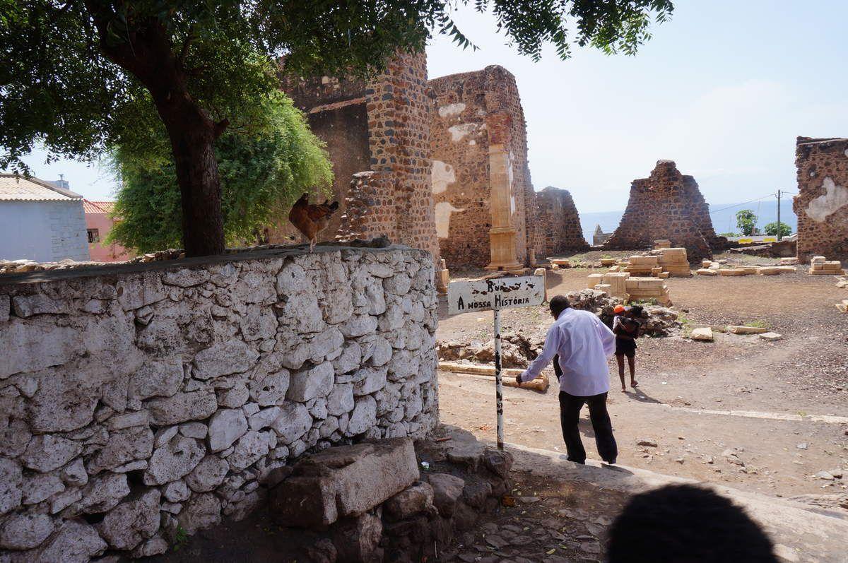 Cidade Velha, anciennement Cidade da Ribeira Grande est l'ancienne capitale, située à 12km de Praia. Elle a été construire au débouché d'une vallée, ribeira, qui donne sur la mer. C'est là qu'ont débarqué les portugais en 1460.  Première cathédrale en Afrique, dont la construction débute en 1556. La cathédrale domine, puis plus haut, la forteresse. De nombreuses attaques de pirates conduisent à déplacer progressivement la capitale sur le port de Praia. Cidade Velha conserve les ruines de la cathédrale, et est inscrite sur la liste du patrimoine mondial de l'unesco. Le village est très paisible, flottant...accueillant bien sûr. La plage est terrain de jeux. L'école jouxte la plage. Pêche, production de grog, mangues et bananes.