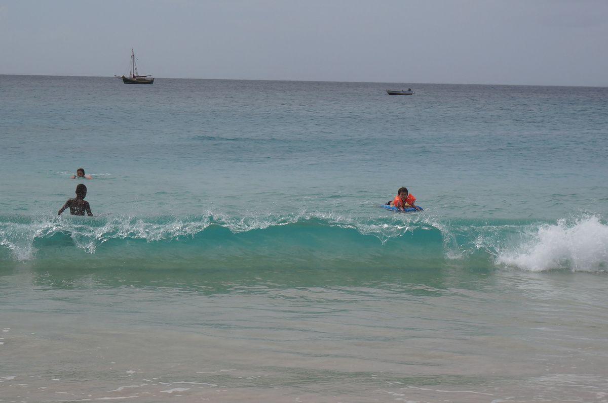 Voilà une série de vagues. On se lasse pas de les observer : une occupation saine et enivrante -) ! Petit quiz : trouver Martin sur la dernière photo !
