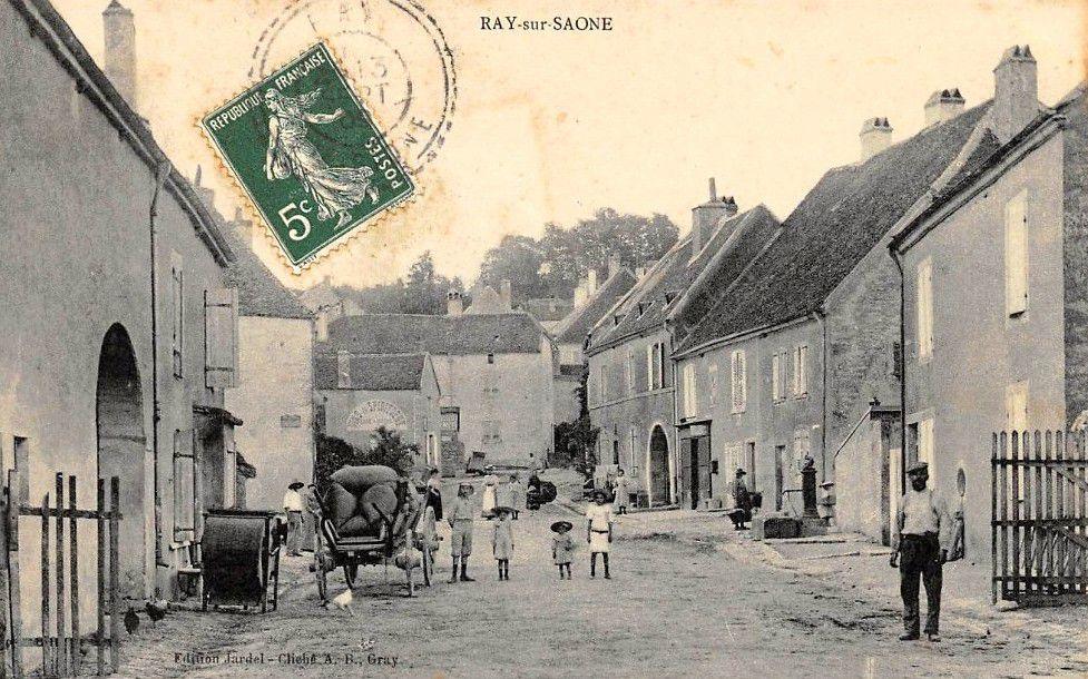 La grande Rue à Ray sur Saône vers 1905. C'est la Quincaillerie Jardel  qui a commandé les cartes postales.Elles seront vendues dans le magasin.