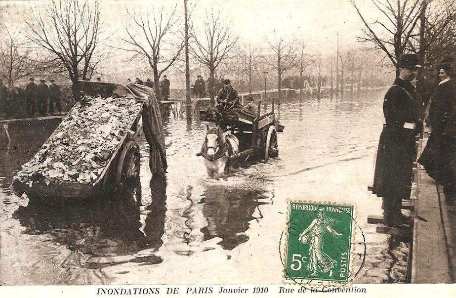 A Paris, barques, ponts de fortune et charrettes à bras tentent de rendre possible le déplacement des piétons!