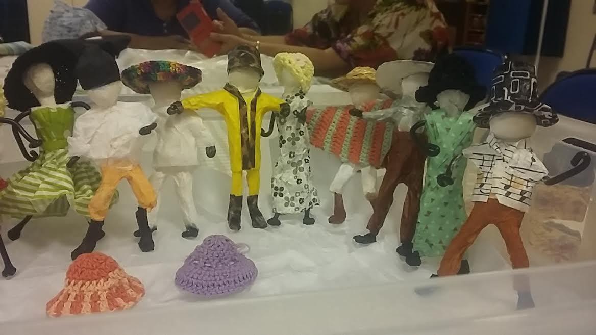 Porte monaie de Véronique au crochet avec du coton, figurines crées par Anne Marie toutes differentes avec des vetements en papier , avec  des chapeaux au crochet, et les poulettes de sophie avec une touche masculine pour la fabrication des solides  pattes