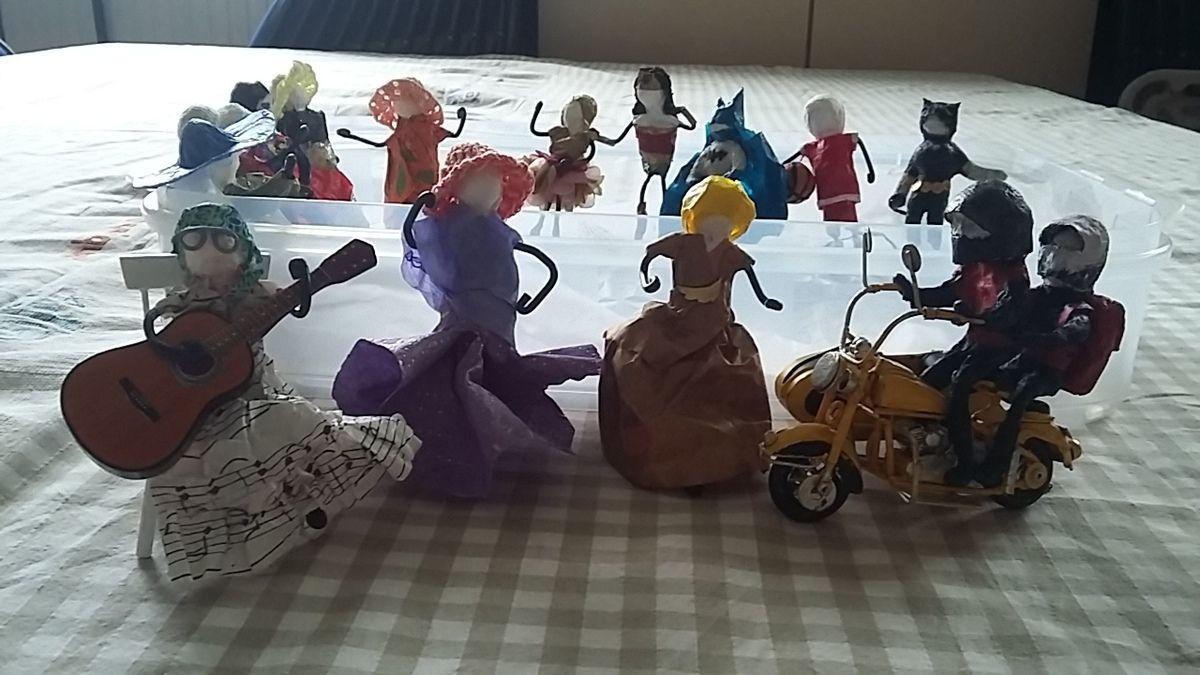 Figurines de super heros, de princesses, de camarguais, ...ect .... Portes clef matriochka  toujours crétives.
