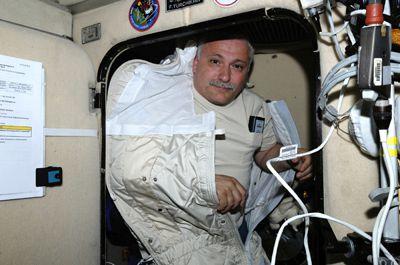Le spationaute russe Fyodor Yurchikhin dans son sac de couchage inséré dans son compartiment de repos.