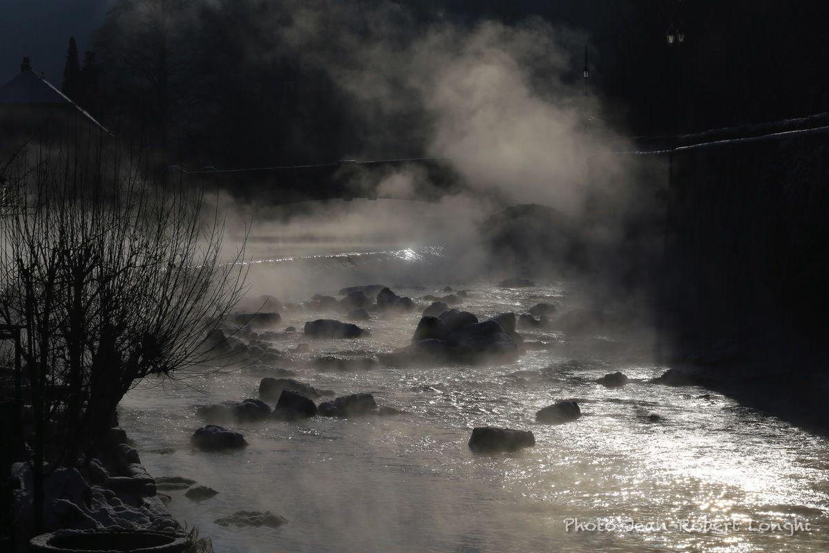 Le barrage de Lods, mardi, en début de matinée. Moins dix et le soleil qui émerge au-dessus des crêtes