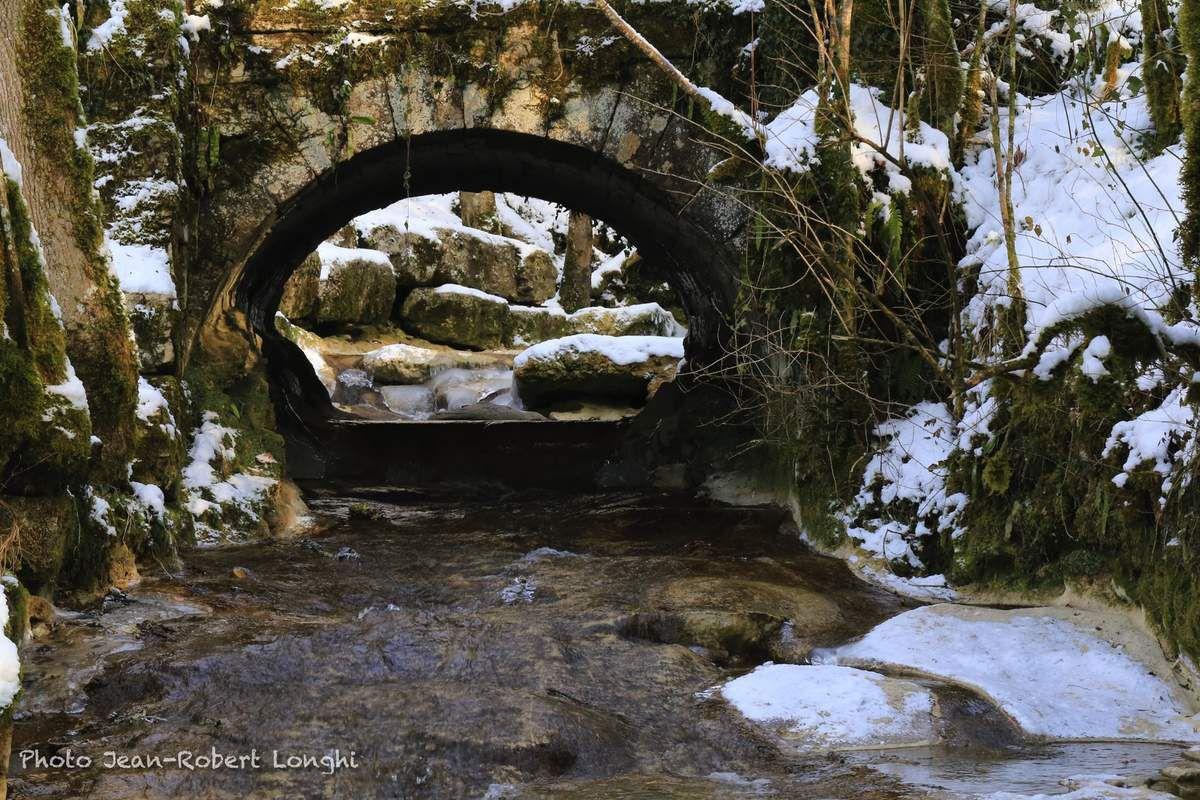 Le pont du chemin de la Roz franchissant la cascade de Syratu