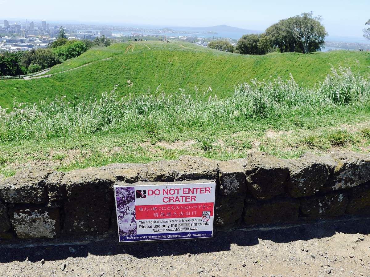 Auckland. Avant ici il n'y avait pas d'hommes. Puis ils sont venus de l'Est. Les navigateurs. Au point le plus élevé de la région, sur un cône volcanique dormant, se trouvait un cratère que ces navigateurs, les courageux Maoris, appelèrent Te Ipu-a-Mataaho (the bol de Mataaho). Pour eux qui connaissaient les étoiles, Mataaho était un dieu vivant dans ce cratère, d'où il gardait les secrets cachés dans la terre.