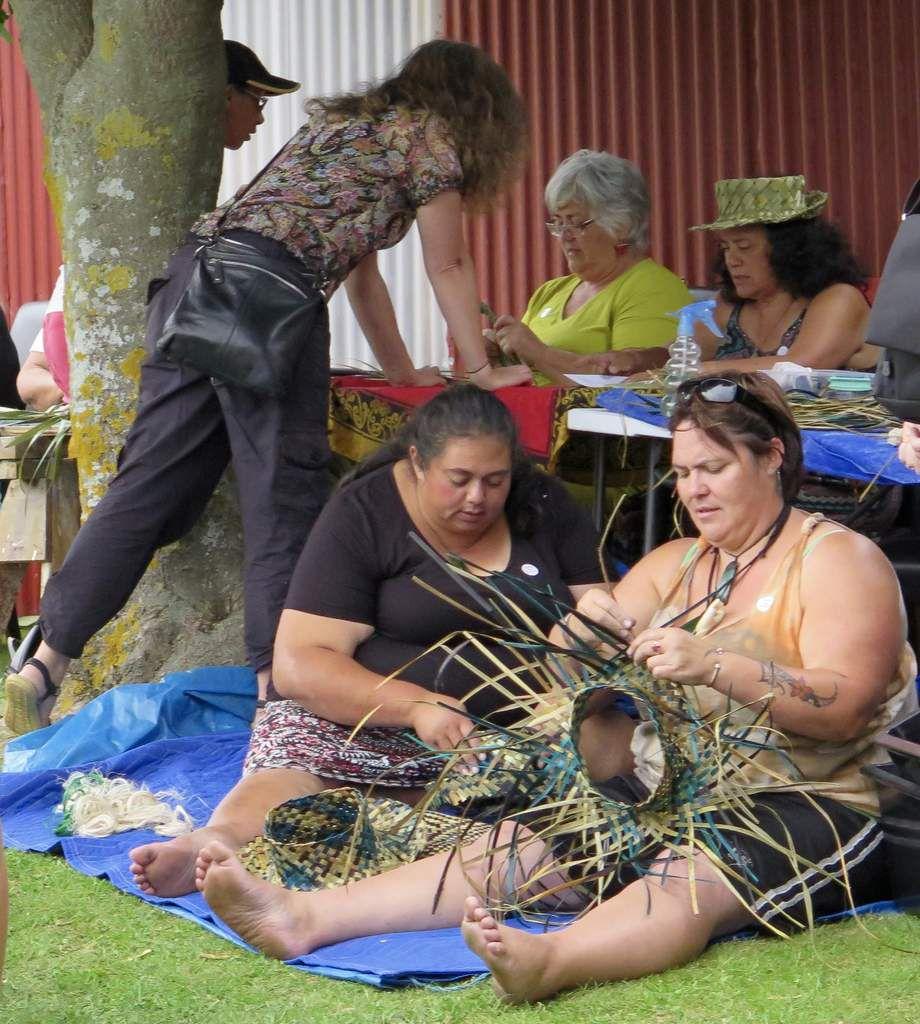 """Partage de savoir traditionnel autour du tressage du """"flax"""" (harakeke), une spécialité maori"""