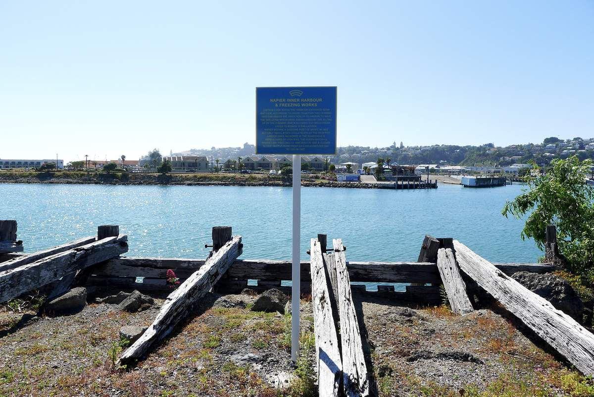 """L'embouchure du bus de mer à Napier. Cook est sans doute passé par ici dans sa recherche d'un port sûr dans la baie mais ne s'y est pas attardé. Napier ne se rappelle plus de Cook qui nota pourtant la présence du promontoire surmontant ces lieux dans son livre de bord en date du 19 octobre (""""Bluff Head"""")."""