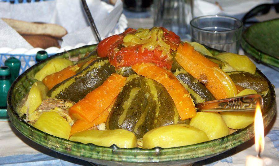 Le couscous est un plat berbère originaire du Maghreb. Il est à base de semoule de blé dur. Les légumes qui composent le couscous varient d'une recette à l'autre. On vous propose une préparation complète du Couscous aux 7 légumes.