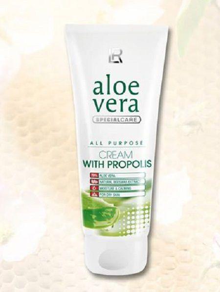 Formule de soin unique contenant 79% de gel d'Aloès pur. La combinaison spécifique de l'Aloès et du Propolis crée un composé actif naturel, issu en partie du travail des abeilles, ainsi que des extraits apaisants de plantes alliés à la vitamine E. Cette crème est apaisante, relaxante. Appliquer sur la peau en massages doux.