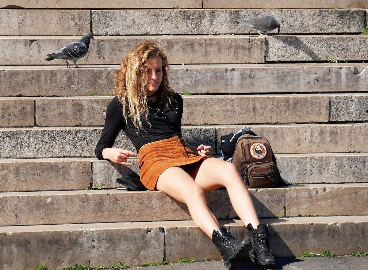 16 mai Marches du Sacré Coeur. Fille et pigeons.