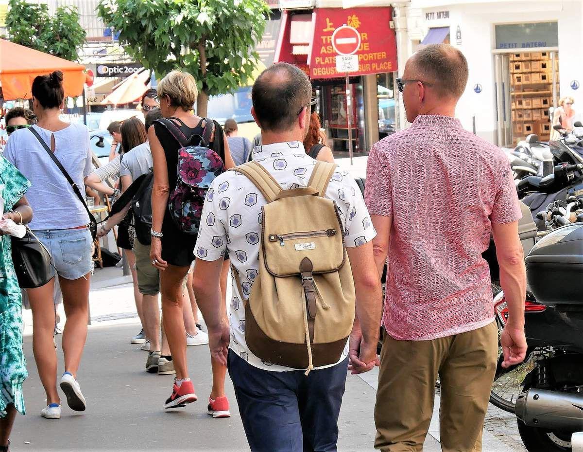 14 juin. Rue des Abbesses. Si tous les amoureux pouvaient s'donner la main!