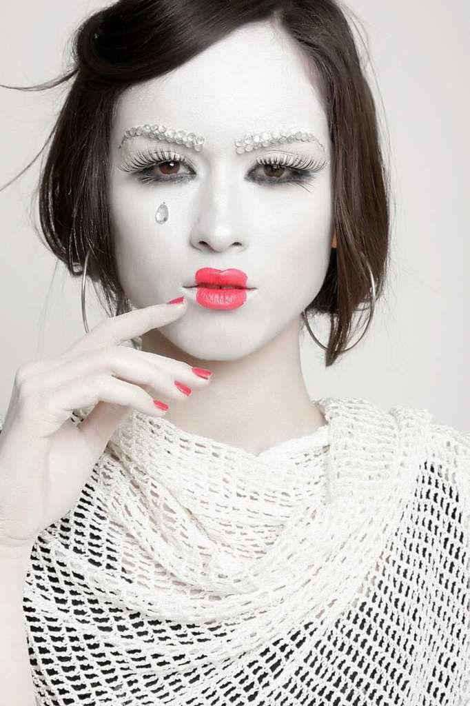 """"""" Le maquillage. Art de vivre. Arme de séduction pour se montrer, se cacher, sublimer. Le maquillage rest un mystère et un grand pouvoir car chaque Femme se révèle chaque jour dans ce geste quotidien."""" ( Valérie GREFFIER MIHALY - L'INSTEMPS PRESENT - 13/01/2016 )"""