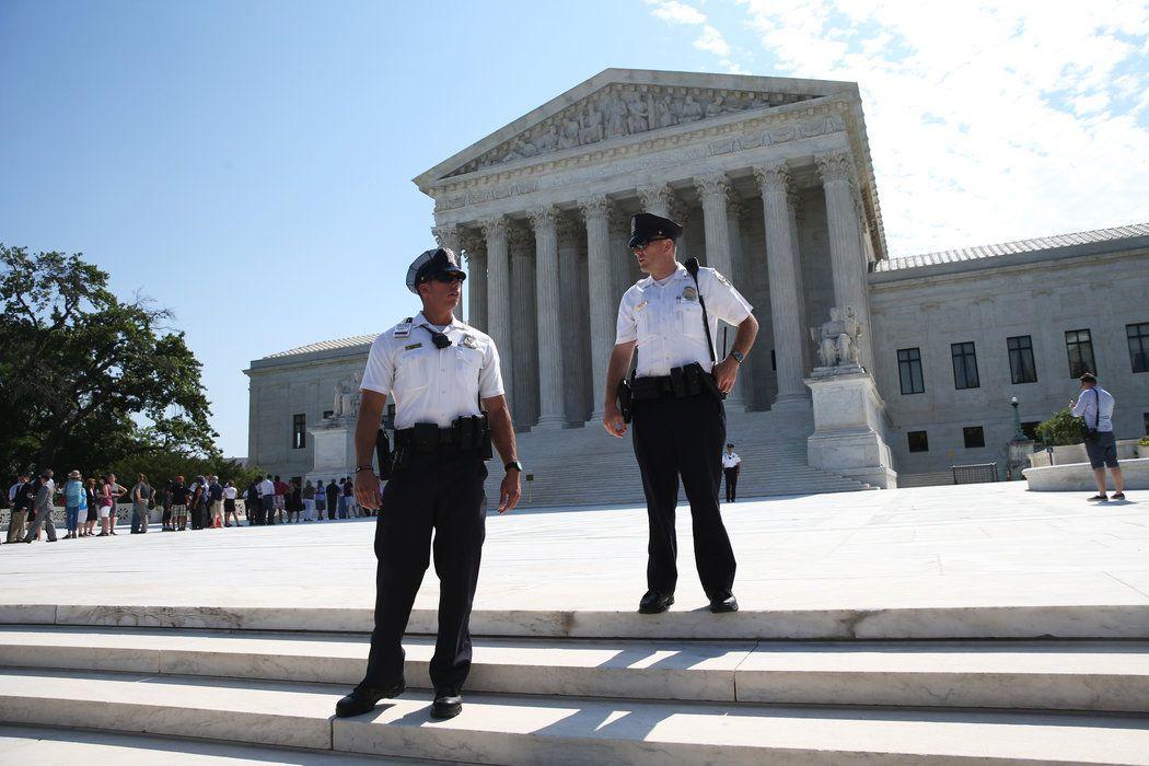 (Policiers de la Cour Suprême, Doug Mills, The New York Times)
