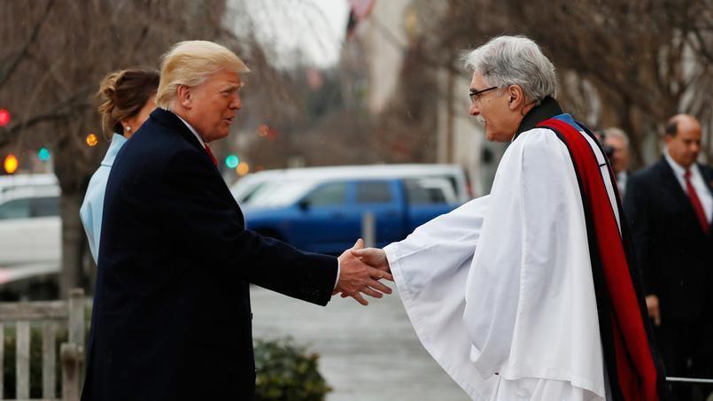 (Accueil de D. Trump et son épouse par le révérend Luis Leon, à Saint John Church, photo AP Photo/ Alex Brandon, 20/01/2017, www.lefigaro.fr)