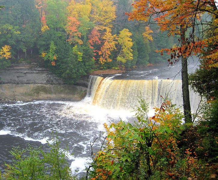 (Tahquemenon Falls, Michigan, photo de Sujit Kumar, 06/10/2007, wikipédia)
