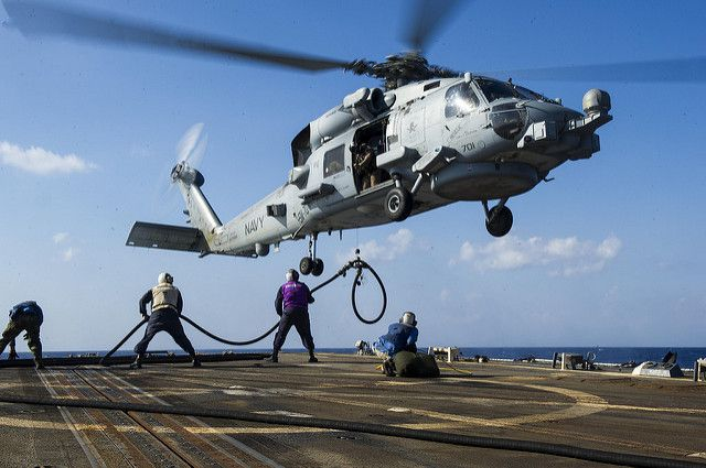 (Ravitaillement d'un SH-60 en mer Rouge, photo MCS 2nd class Justin Wolpert,US Navy, 20/10/2014, www.flickr.com)