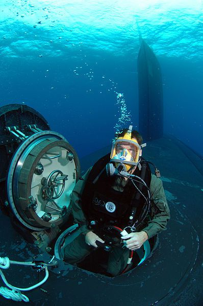 (Mise à l'eau d'un commando depuis l'USS Hawaï, photo de Senior Chief MCS Andrew McKaskle, US Navy, 26/10/2007, wikipédia)