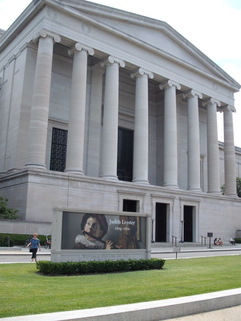 (Entrée de la National Galery of Art, Washington, Smithsonian Institution, photo de Vincent CHARLES, 20/07/2009)