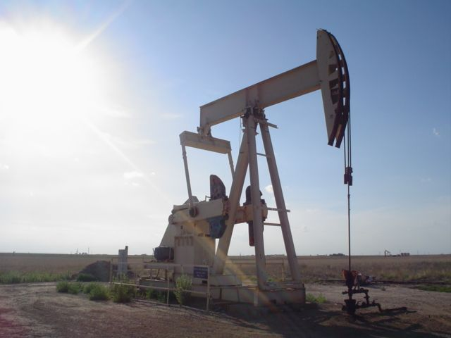 (Chevalet de pompage, Texas, photo de Flcelloguy, 15/03/2007, wikipédia)