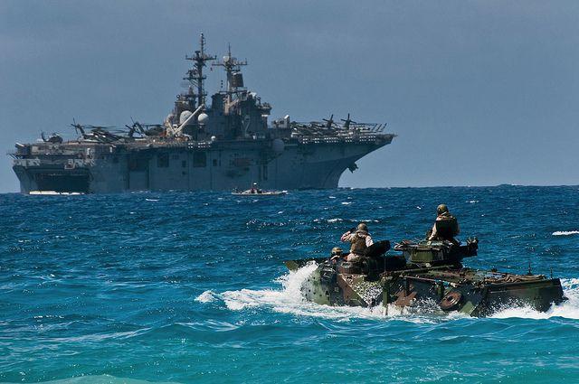 (AAV-7 de l'USS Essex à l'entraînement, photo de Staff Sgt Mike Meares, US Air Force, 12/07/2012, www.flickr.com)
