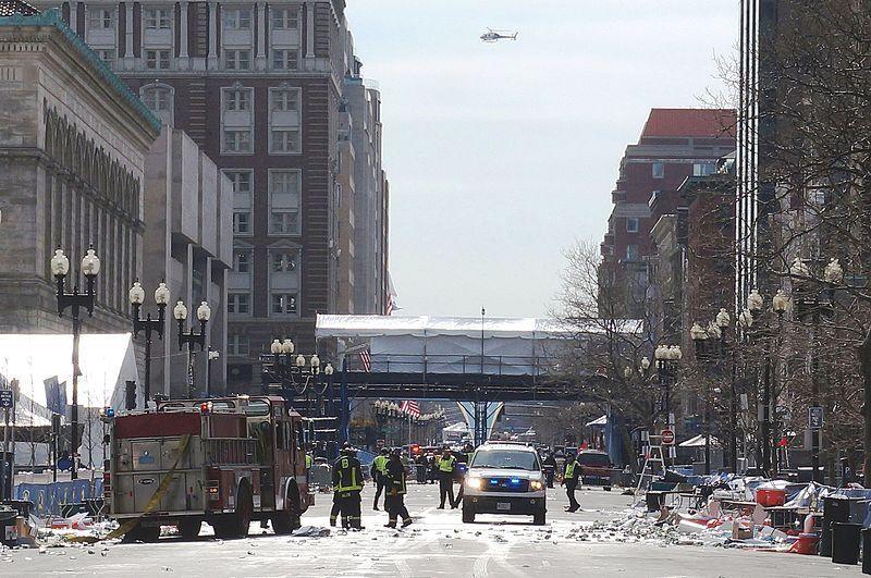 """(Secours lors de l'attentat de Boston de 2013, photo de Aaron """"Tango"""" Tang, 15/04/2013, www.flickr.com)"""