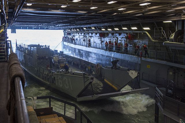 (Radier inondable et barge de débarquement, USS Green Bay, photo de MCS 3rd class Scott Barnes, US Navy, 26/01/2015, www.flickr.com)
