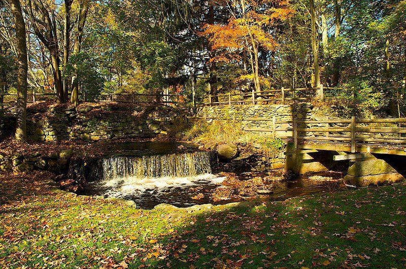(Cascade dans le War Memorial Park, photo de Ruthiedee, 25/10/2008, www.flickr.com)