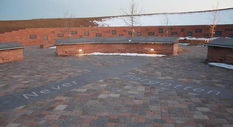 (Mémorial de Columbine, photo de Seraphimblade, 23/02/2008, wikipédia)