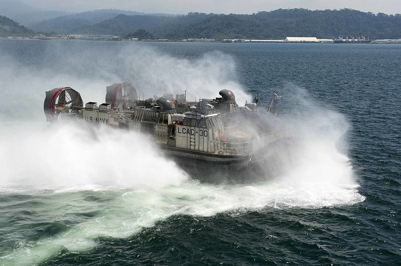 (Mise à l'eau d'un LCAC, USS Germantown, photo MCS 2nd class Amanda R. Gray, US Navy, 28/09/214, wikipédia)