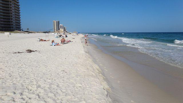 (Hôtels et vacanciers, Gulf Shores, photo de Chris Amelung, 20/06/2011, www.flickr.com)