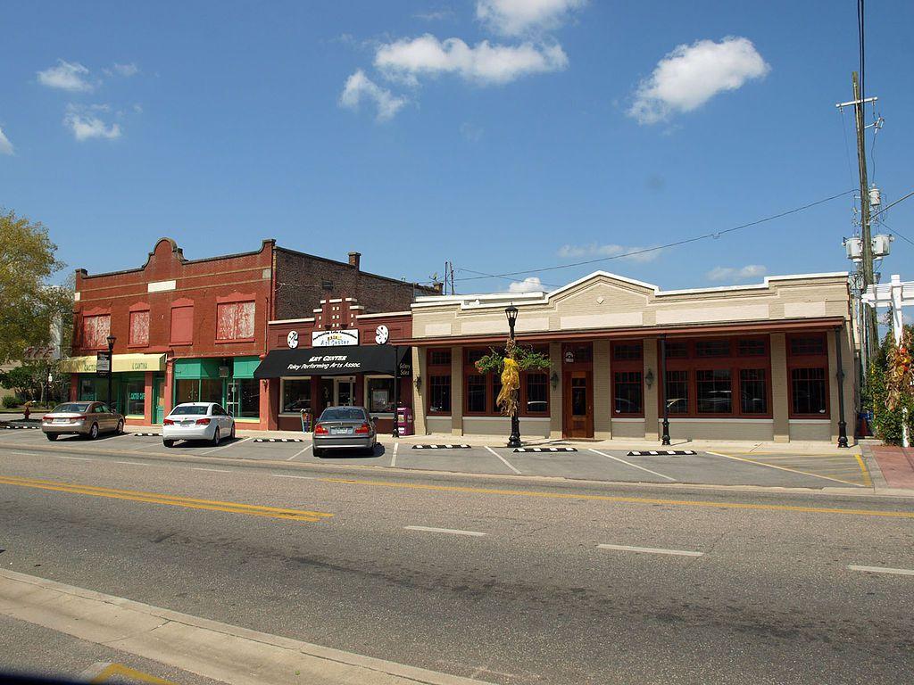 (Commerces sur West laurel Ave, Foley, photo de Chris Pruitt, 22/09/2012, wikipédia)