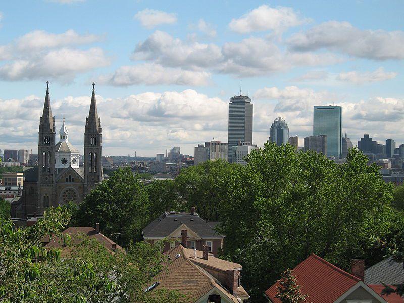 (Vue de Mission Church et de Boston depuis Mission Hill, photo de Snutter, wikipedia)