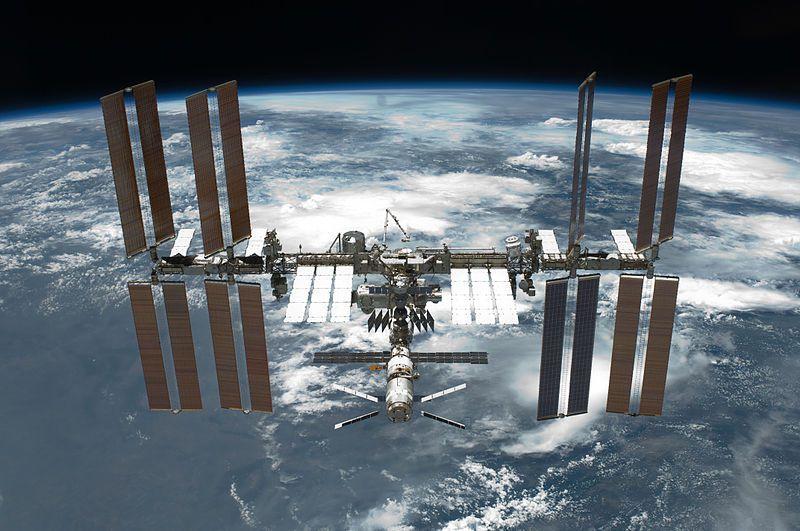 (ISS en 2011, photo de la NASA, 30/05/2011, wikipedia, www.spaceflight.nasa.gov)