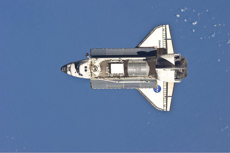(Discovery en approche de l'ISS, photo de la NASA, 26/02/2011, wikipedia, www.nasa.gov)