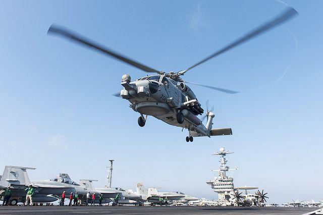 (MH-60 R armé d'AGM-114, USS Harry S. Truman, photo de MCS 3rd class Karl Anderson, US Navy, 22/02/2014, www.flickr.com)