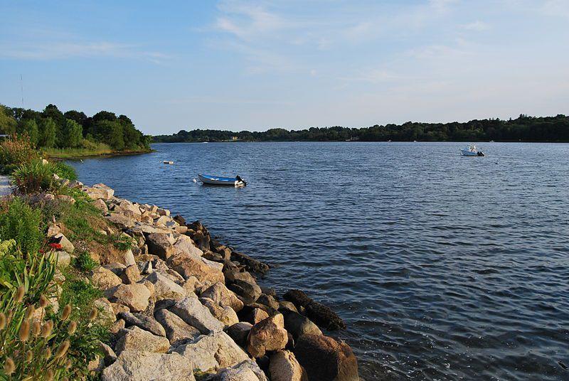 (Étang de Nannaquaket à Tiverton, RI, photo de Juliancolton, 02/08/2010, wikipedia)