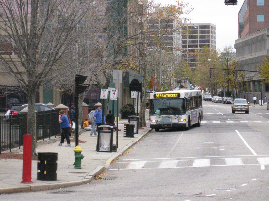 (Bus de la ligne 99 à Providence, photo de Jef Nickerson, 31/10/2009, www.flickr.com)