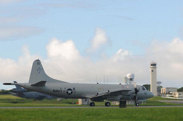 (P-3 C au décollage à Kadena AFB, Japon, photo de MCS 3rd class Brian A. Stone, 14/07/2011, www.flickr.com)
