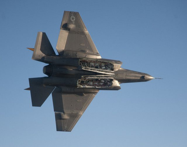 (F-35 C présentant ses soutes internes, photo Lockheed Martin/Andy Wolfe, 17/01/2013, www.flickr.com)